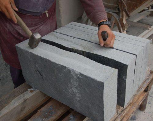 unsere Steinmetze spalten den Schiefer per Hand