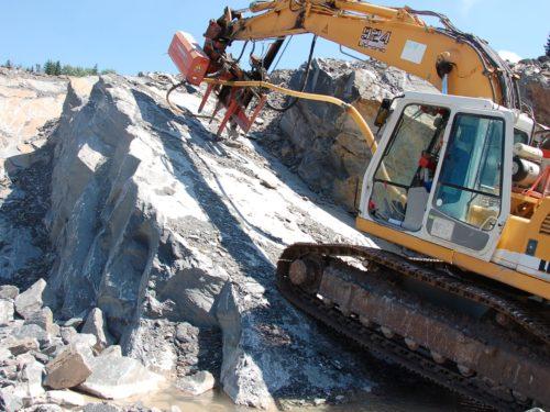 """Die natürliche Klüfung im Werksteinbereich wird angebohrt und zum """"sanften"""" Sprengen vorbereitet"""