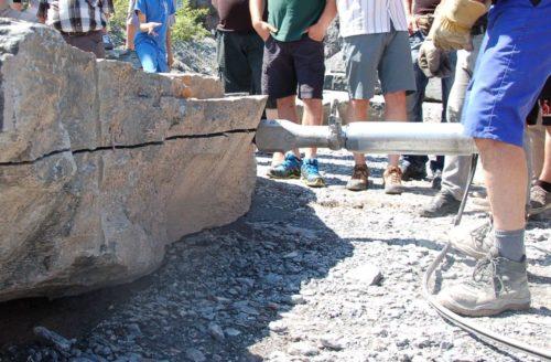 Die Rohblöcke werden mit hydraulischen Spaltgeräten (Darda) entlang der Schieferung aufgespalten (Höhe).