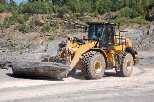 Abtransport der Werksteinblöcke mit Radlader CAT 966-M zur Weiterverarbeitung (max. Werkblockgröße ca. 300 x 200 x 80 cm)