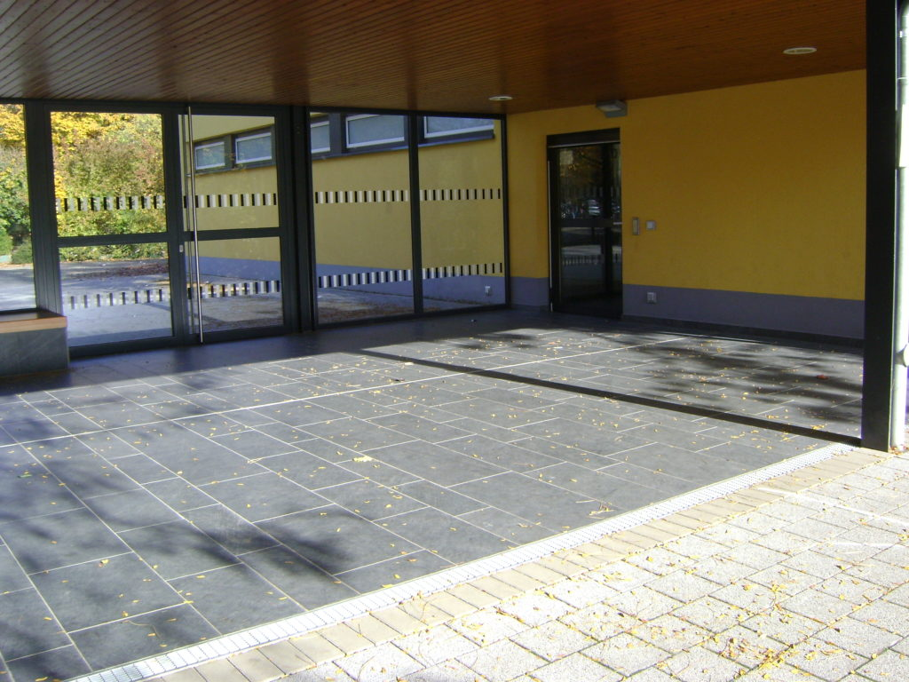 "Köln, St.Nikolaus-Schule  - Bodenplatten ""gebürstet"""