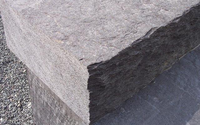 """Massive Blockstufen """"gespalten"""", Vorderkante gestochen* ohne Beiz, Kopf gesägt"""