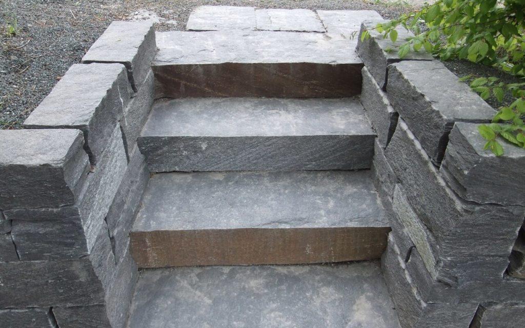 Gartenstufen und Geknacktes Mauerwerk