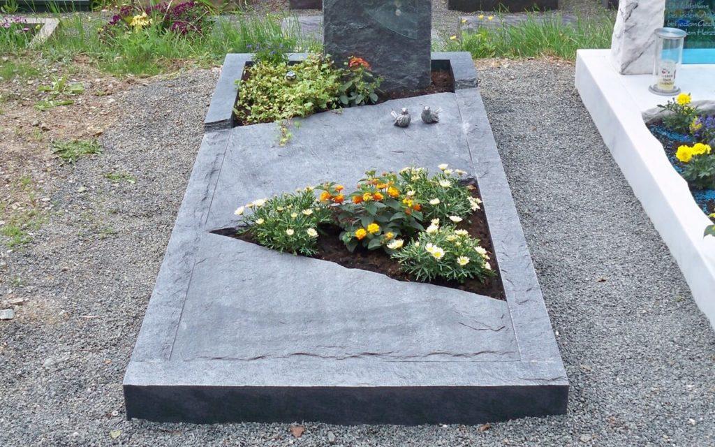 Grabeinfassungen (Draufsicht/Oberkante = gespaltene Oberfläche), Bild: ©www.velte-steinmetz.de