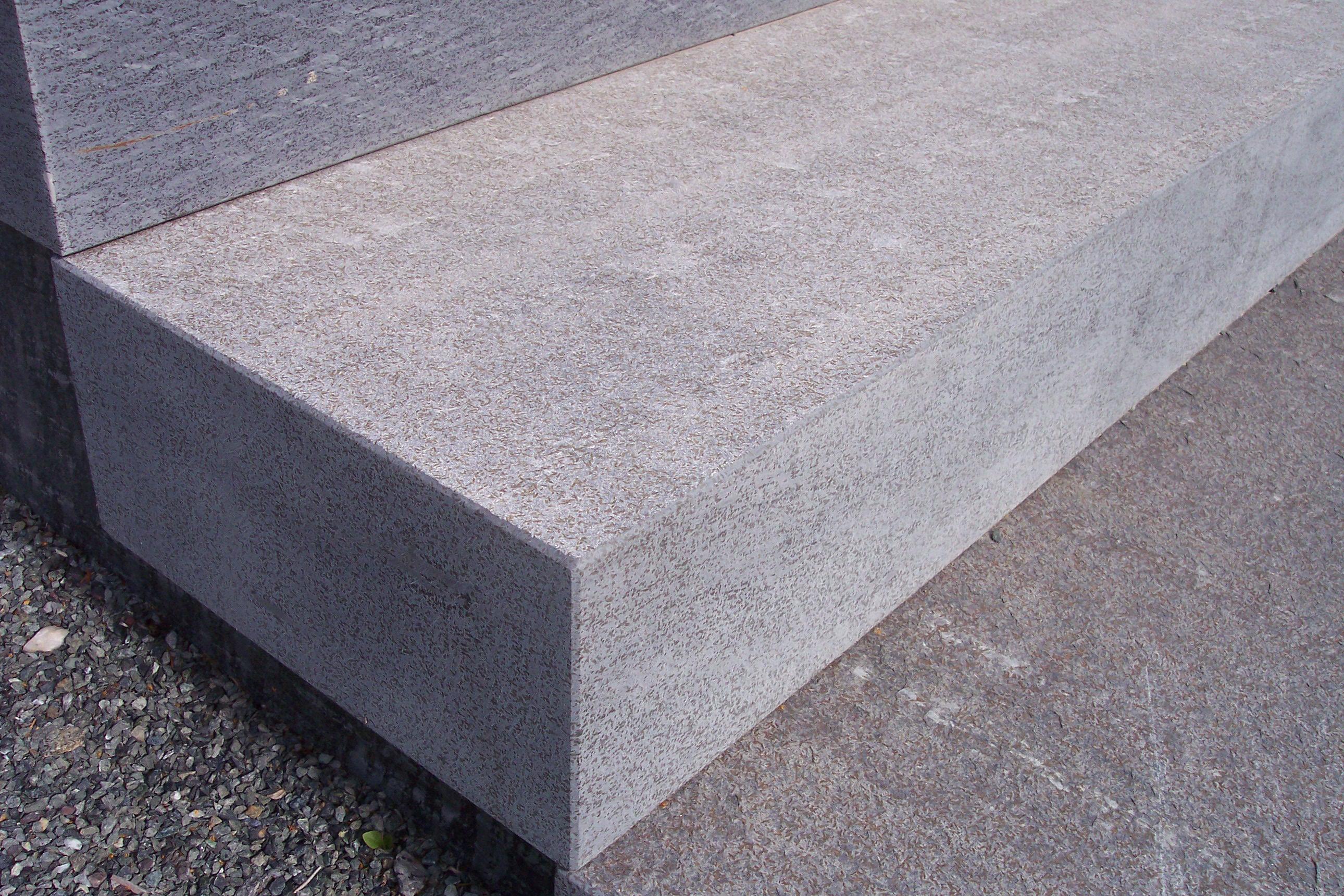 """Massive Blockstufe, Oberfläche """"gesandelt"""", Kante und Kopf """"diamantgeschliffen"""""""