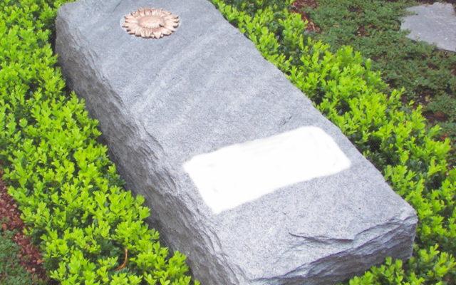 """Massiver Grabstein (liegend) """"gespalten, Kanten gestochen ohne Beiz"""