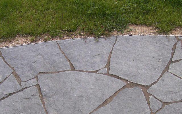"""Polygonale Wegeplatten """"gespalten"""" (mit einer und ohne Schnittkante/n)"""
