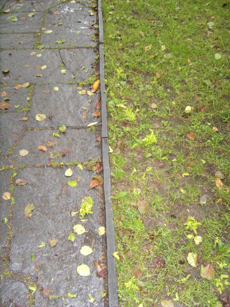 "Beispiel Rasenkanten ""gespalten"" an Polygonale Wegeplatten ""gespalten"""