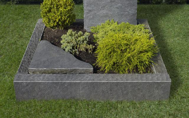 """Grabeinfassungen """"gespalten"""", Oberkante gestochen* mit Beiz, Bild: ©www.velte-steinmetz.de"""