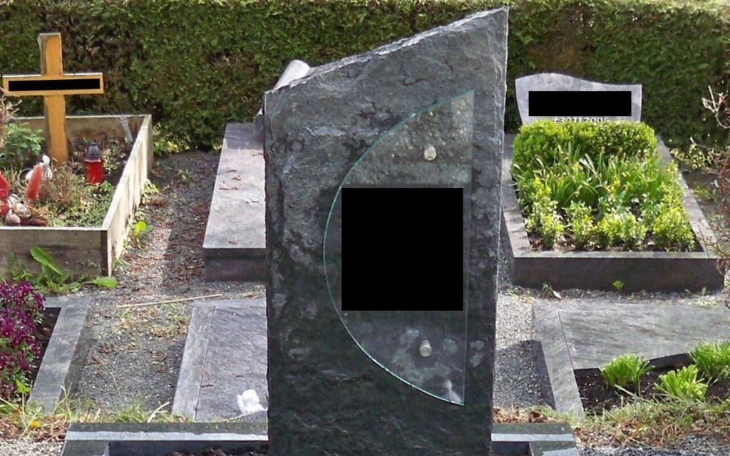 """Massiver Grabstein (stehend) """"gespalten"""",  Kanten gestochen ohne Beiz"""