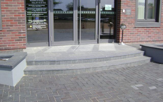 """Ahrensfelde, Rathaus - Stufen und Bodenplatten """"geflammt"""""""