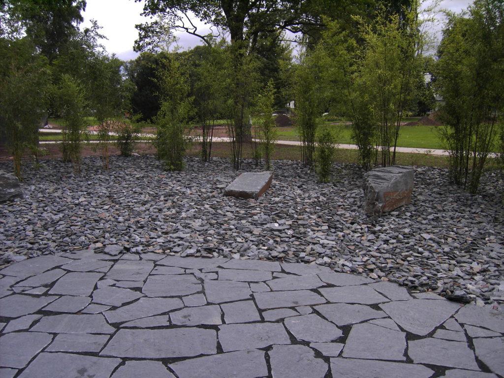 "Bad Hersfeld, Kurpark - Polygonale Wegeplatten ""gespalten"", Ziersteine ""gebrochen"", Bruchsteinmauerwerk ""großformatig"""