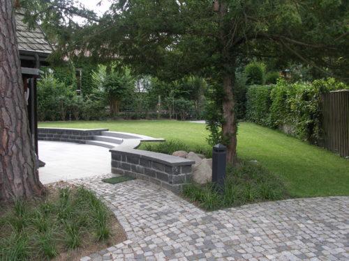"Berlin, Privatgarten - Geknacktes Mauerwerk, Abdeckplatten ""gesandelt"""