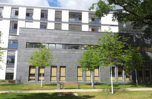 """Dresden, Krankenhaus Friedrichstadt – Fassadenplatten """"Theumaer Fruchtschiefer"""""""