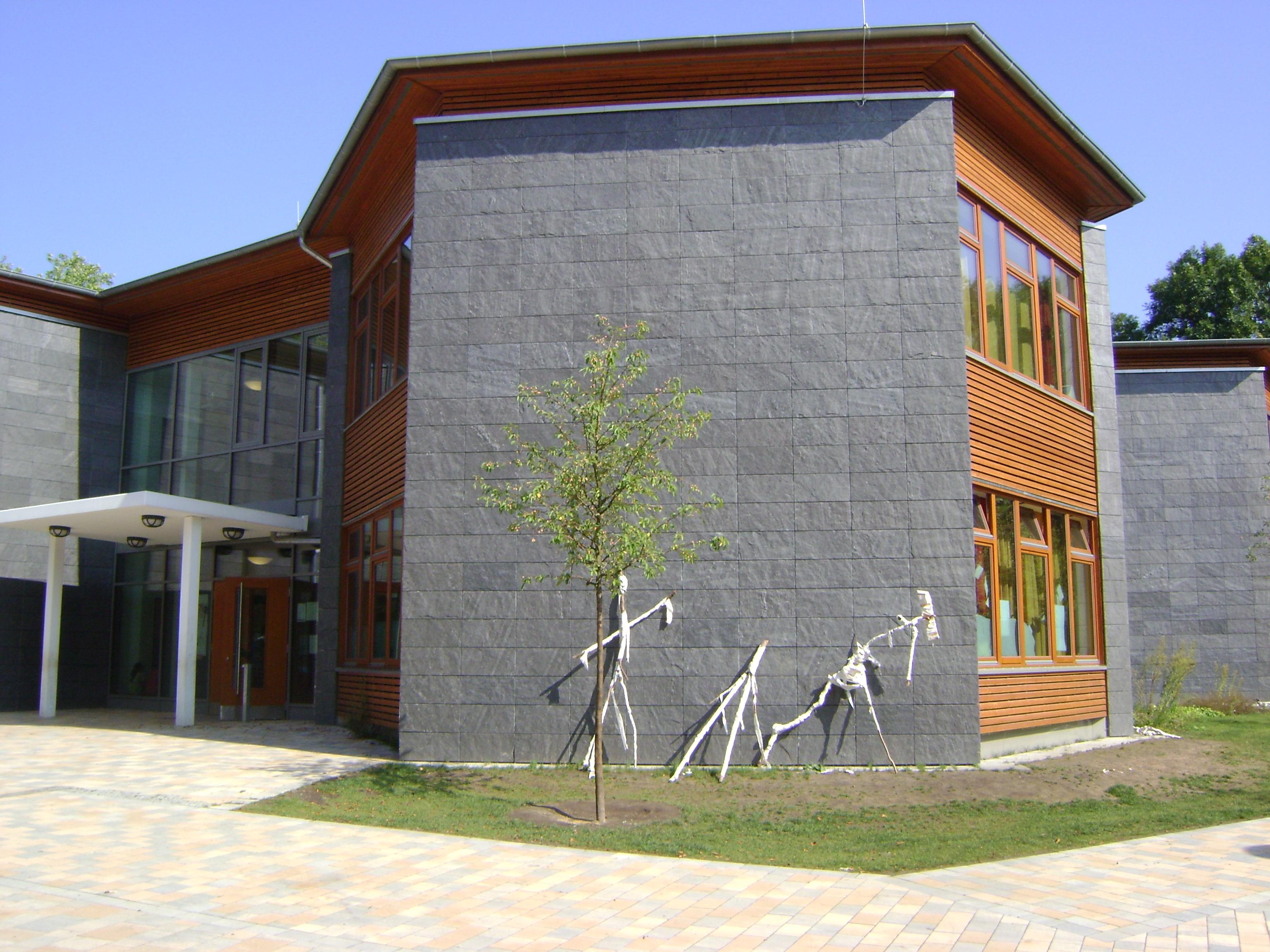 """Hamburg, Schule Vizelinstrasse - Fassadenplatten """"gespalten"""""""