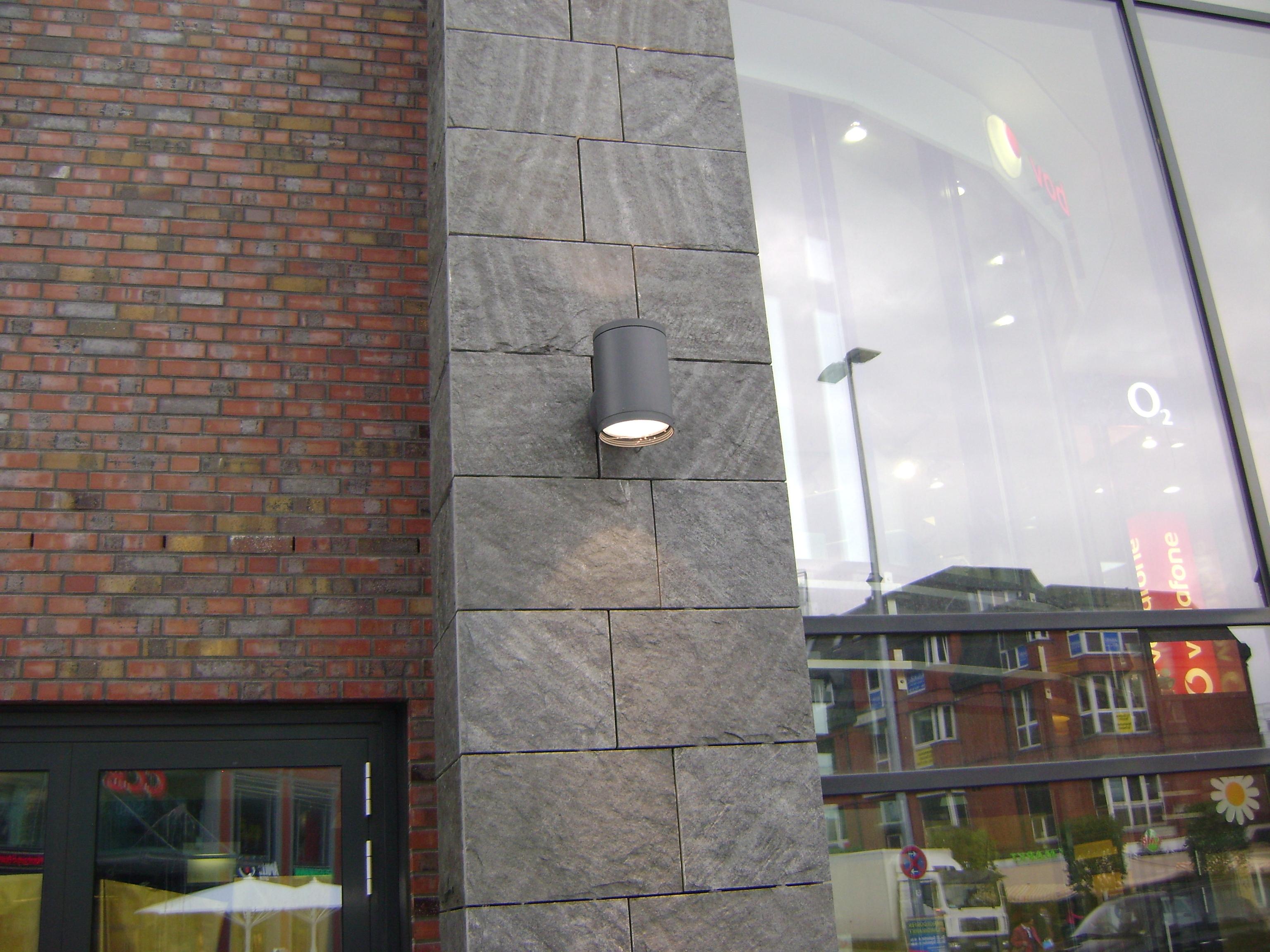 """Hamburg-Bergedorf, ZOB - Fassadenplatten """"gespalten"""""""
