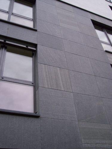 """München, Wohnhaus - Fassadenplatten """"geflammt"""""""