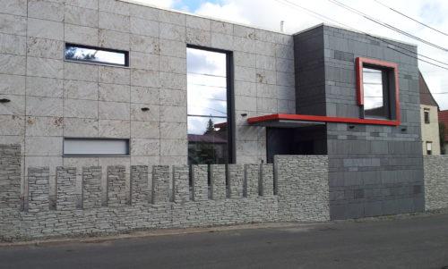 """Ottstedt, Geschäftshaus - Fassadenplatten Theumaer Fruchtschiefer""""geflammt"""" und Kirchheimer Muschelkalk """"sandgestrahlt"""""""