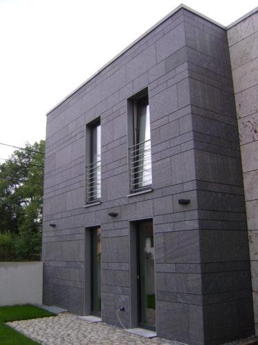 """Ottstedt, Geschäftshaus – Fassadenplatten """"Theumaer Fruchtschiefer"""" und """"Kirchheimer Muschelkalk"""""""