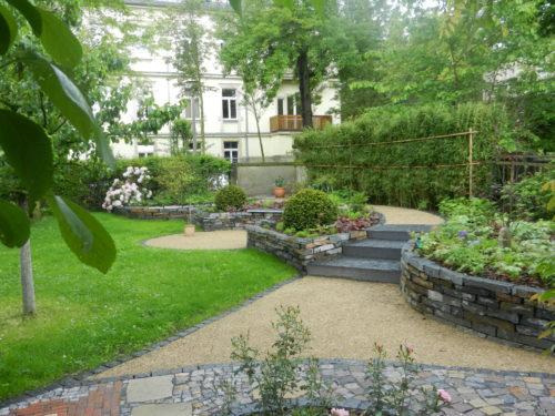 """Sachsen, Privatgarten - Pflaster """"gespalten"""", Abdeckplatten """"gespalten & bossiert"""", Bild: ©Hansel Garten- und Landschaftsbau GmbH, 01328 Dresden - Weißig / www.hansel.de"""