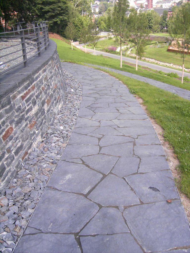 """Mauerwerk, Abdeckplatten """"gespalten & bossiert"""" mit gestochener Kante, Ziersteine 50/150 """"gebrochen"""", Polygonale Wegeplatten """"gespalten"""" (zum Teil mit einer Schnittkante)"""
