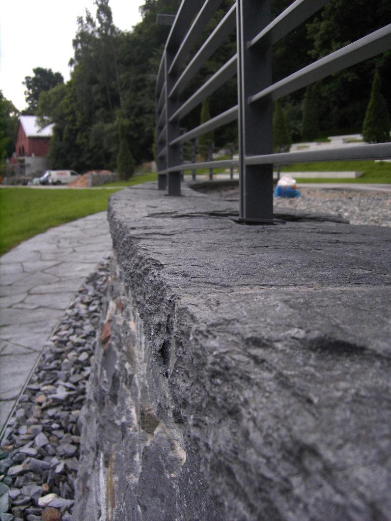 """Reichenbach, Landesgartenschau 2009 - Abdeckplatten """"gespalten & bossiert"""" mit gestochener Kante"""