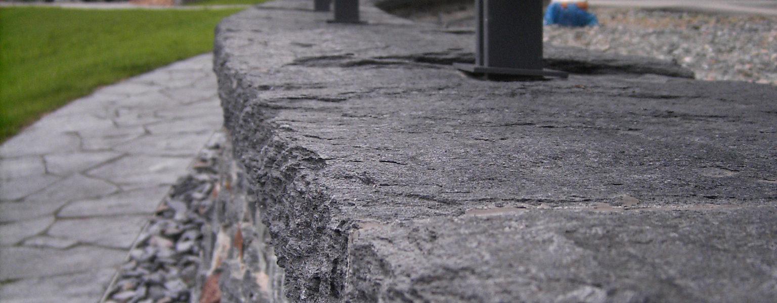 """Reichenbach, Landesgartenschau 2009 – Mauerwerk, Abdeckplatten, Bodenbelag, Stelen """"Theumaer Fruchtschiefer"""""""