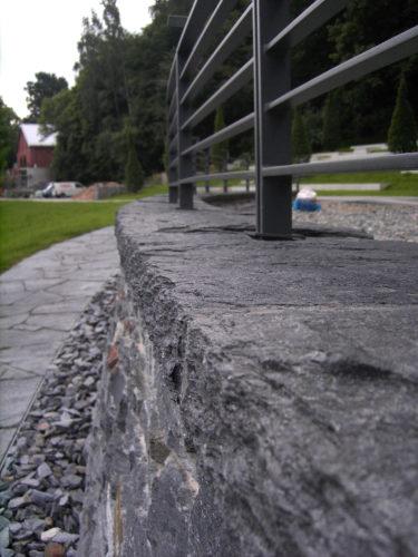 """Reichenbach, Landesgartenschau 2009 – Mauerwerk, Abdeckplatten, Bodenbelag """"Theumaer Fruchtschiefer"""""""