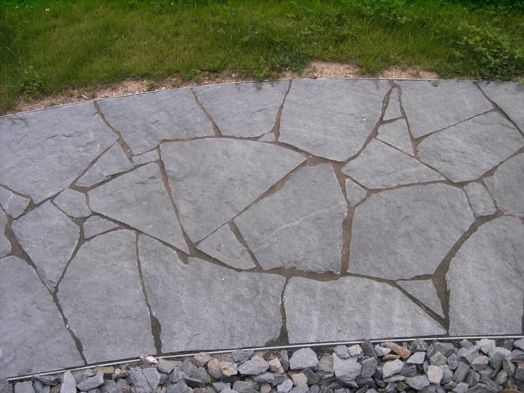 """Reichenbach, Landesgartenschau 2009 - Polygonale Wegeplatten """"gespalten"""" (zum Teil mit einer Schnittkante)"""