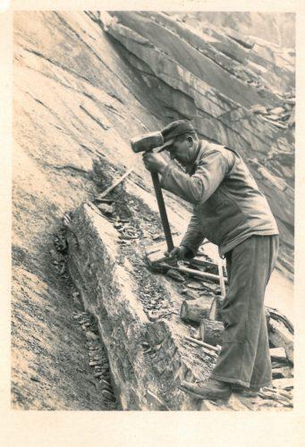 Manuelle Werksteingewinnung (per Hand) mit Vorschlaghammer und Treibkeilgarnitur
