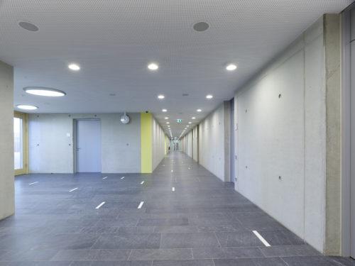"""Grünwald, Staatliches Gymnasium – Bodenplatten """"gebürstet"""", Bild: ©Eberhard Franke Fotografie, Neufahrn"""