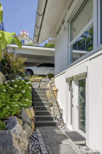 """Taunus, Hanggarten - Blockstufen """"geflammt"""", Bild: www.huf-haus.com"""