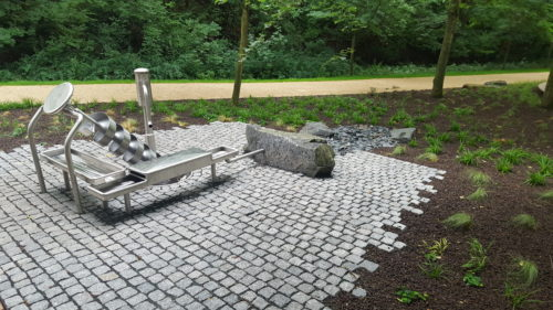 Frankfurt, Wasserpark - Stele und Ziersteine