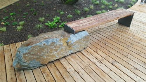 Frankfurt, Wasserpark - Stele mit Sitzbank